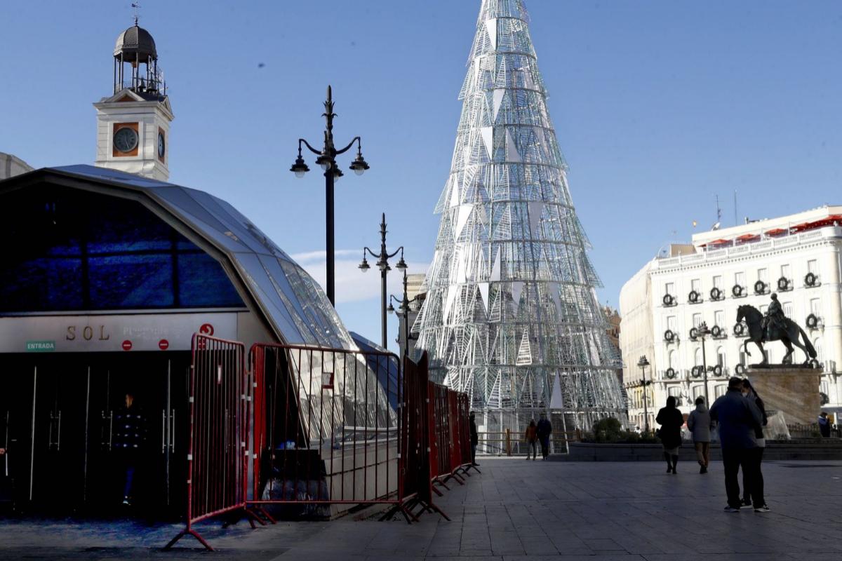 GRAF4088. lt;HIT gt;MADRID lt;/HIT gt;.- Vista de la Puerta del Sol este viernes 1 de enero tras unas campanadas sin público debido a las restricciones por el lt;HIT gt;coronavirus lt;/HIT gt;