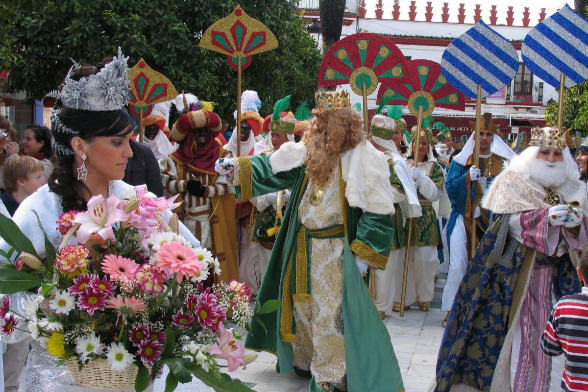 Orihuela, vestida de Rey Melchor, a la derecha, en la cabalgata de Almonte de 2009.