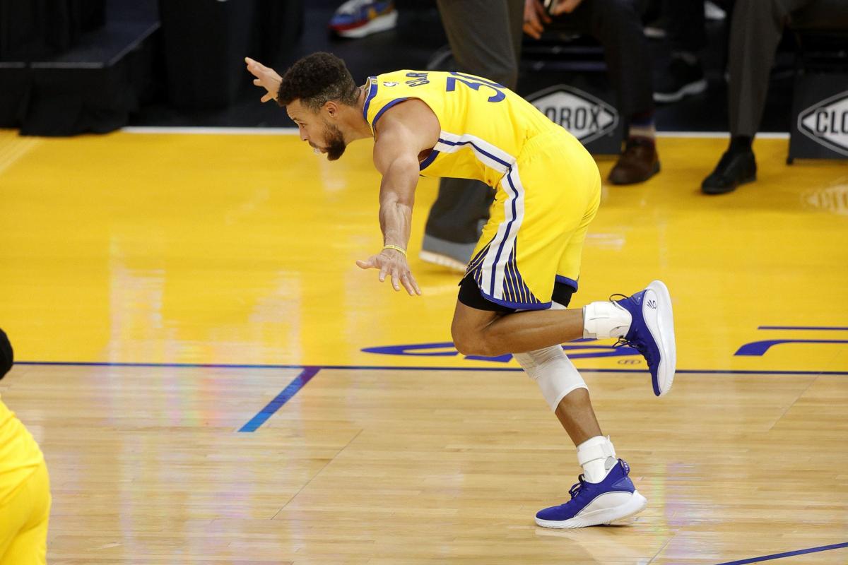 Curry celebra su octavo triple ante Portland.