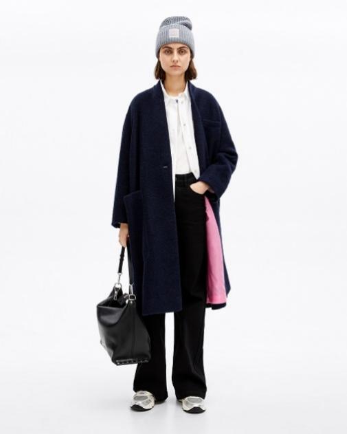Abrigo de lana azul marino con un 30% de descuento, baja de 295 euros a 206 euros.
