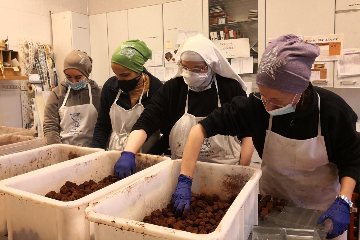 Algunas de las monjas de la comunidad preparan cajas con trufas.