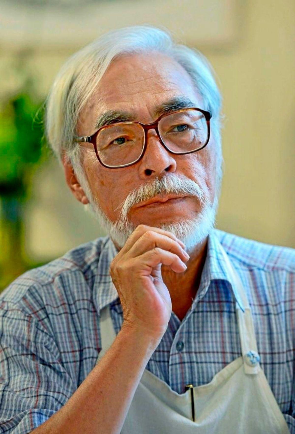 Hayao Miyazaki, ataviado con el mandil con el que siempre trabaja.