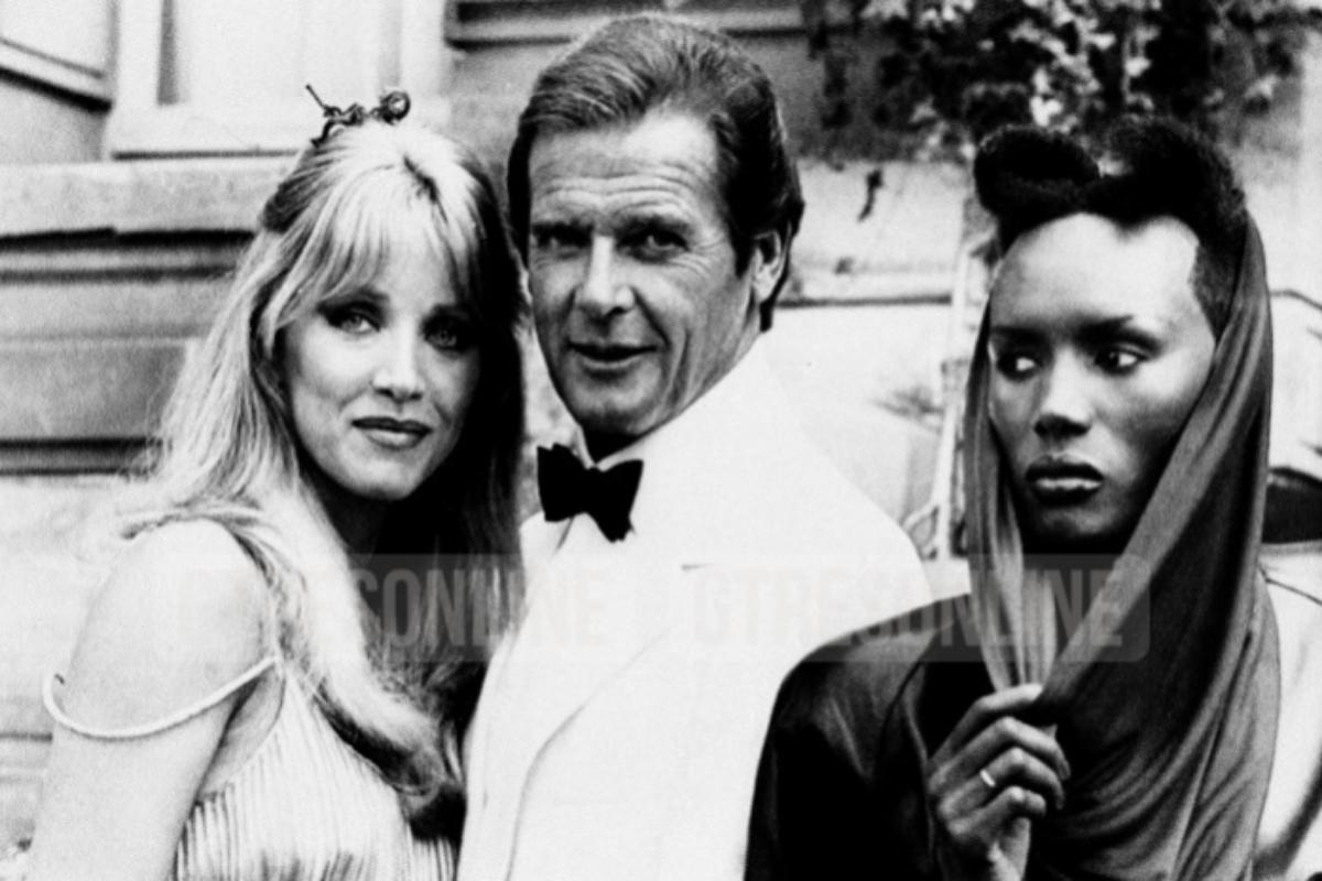 Tanya Roberts (d) con Roger Moore, en el papel de James Bond, y Grace Jones.