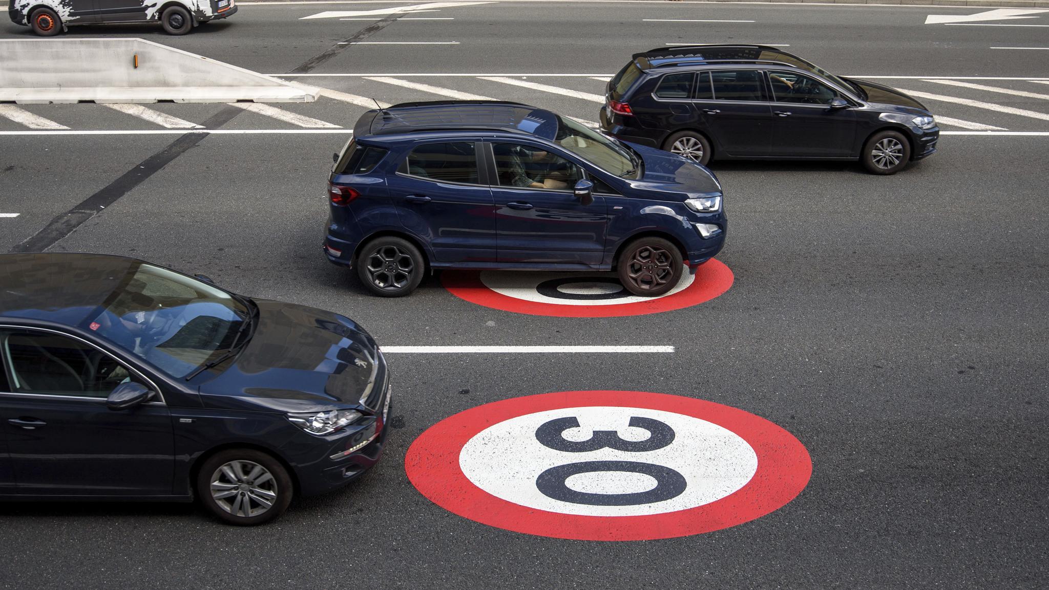 Llega 2021: coches más caros y 'lentos', pago por autovías, nuevas multas...