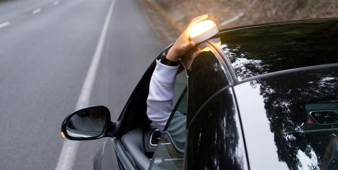 La luz V-16 se podrá colocar en el techo sin salir del coche