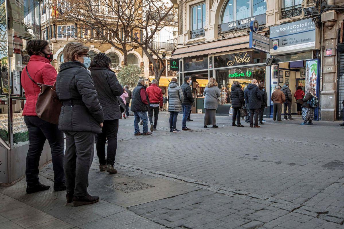 Cola de gente en pleno centro de Valencia.
