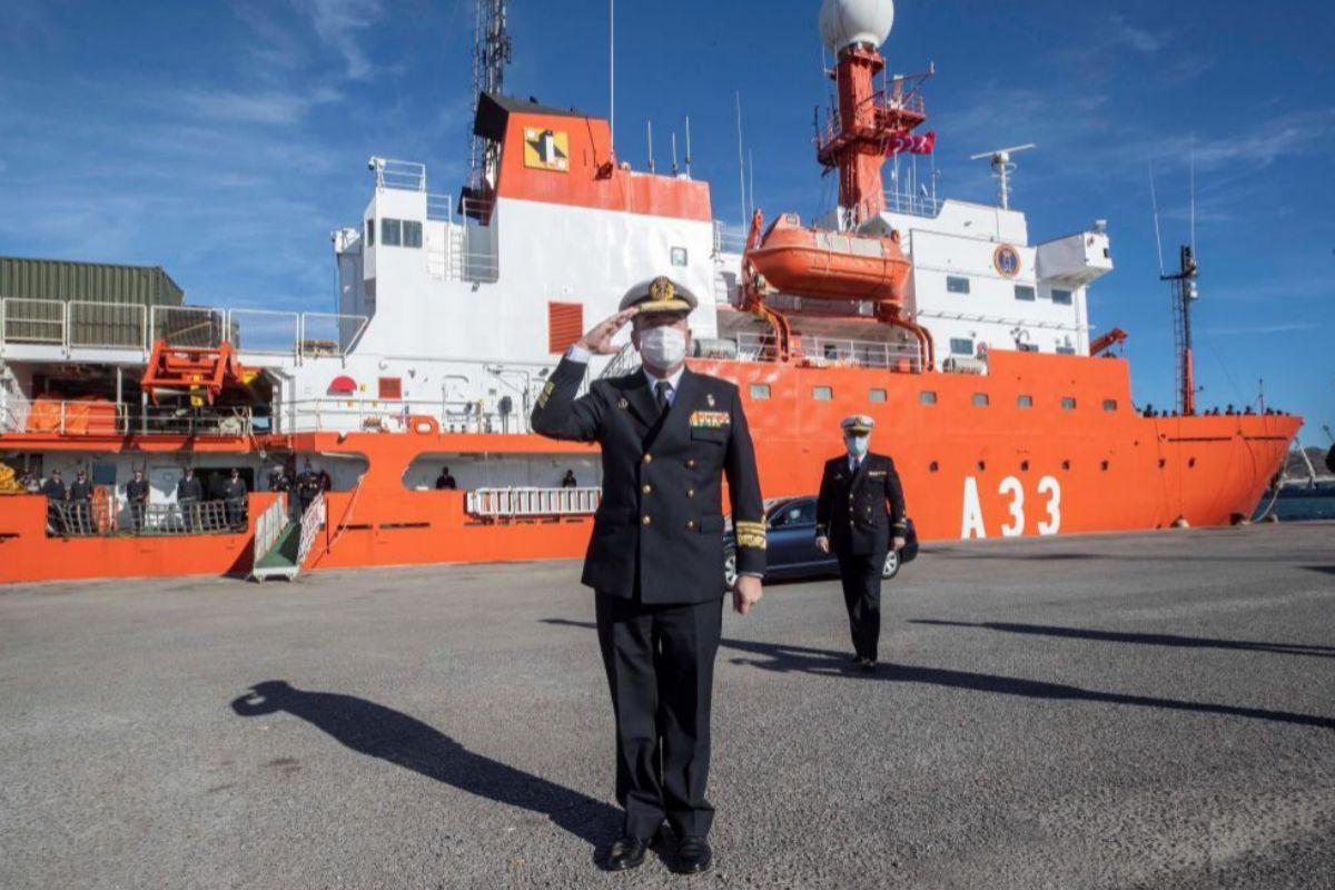 El almirante Juan Luis Sobrino Pérez-Crespo saluda durante la despedida del buque Hespérides, que zarpó de Cartagena rumbo a la Antártida