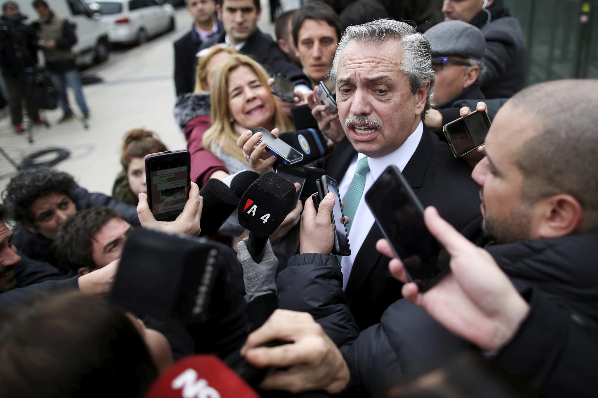El presidente de Argentina, Alberto Fernández, rodeado de periodistas en una calle de Buenos Aires.