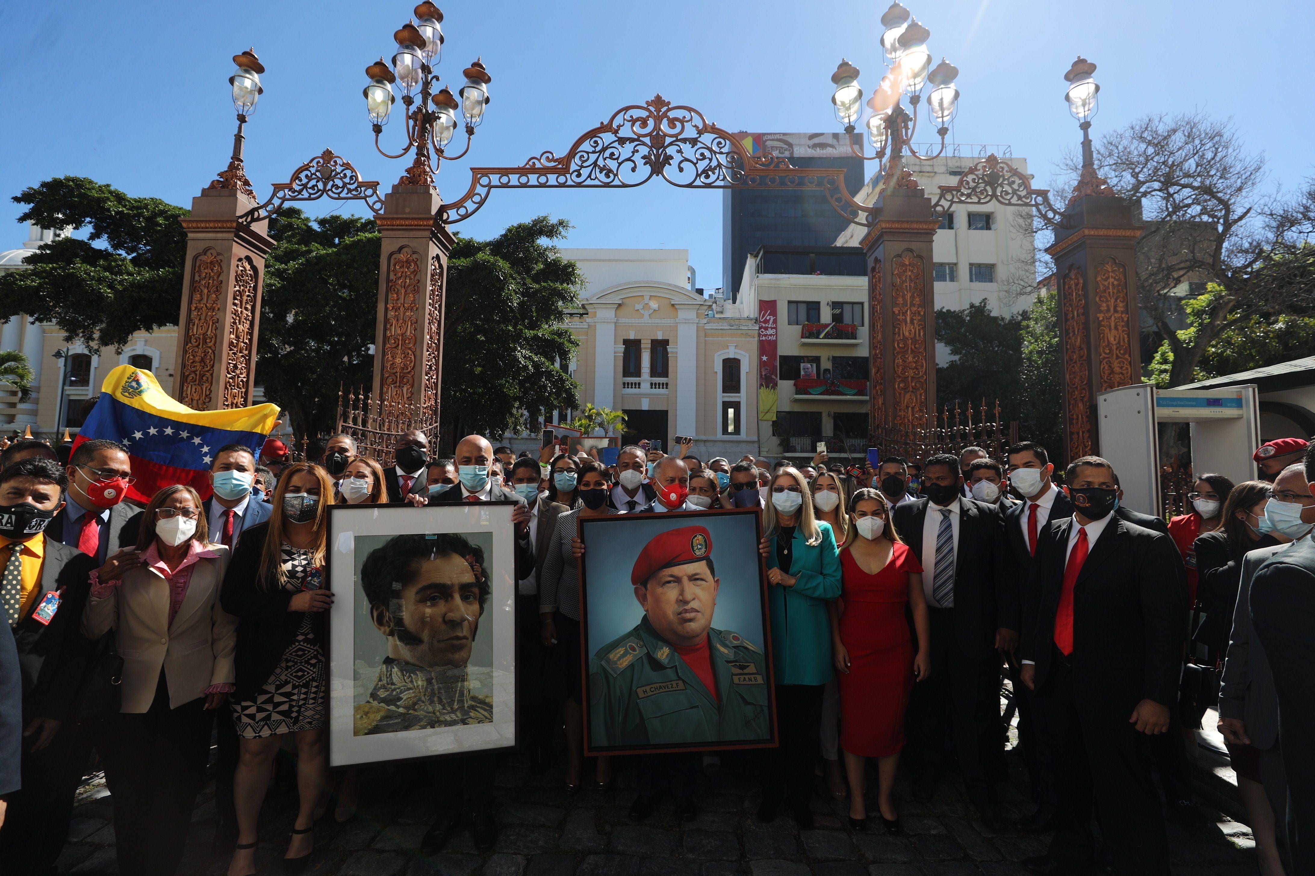 Diputados chavistas antes de la entrada en la Asamblea Nacional con imágenes de Hugo Chávez y Simón Bolívar.