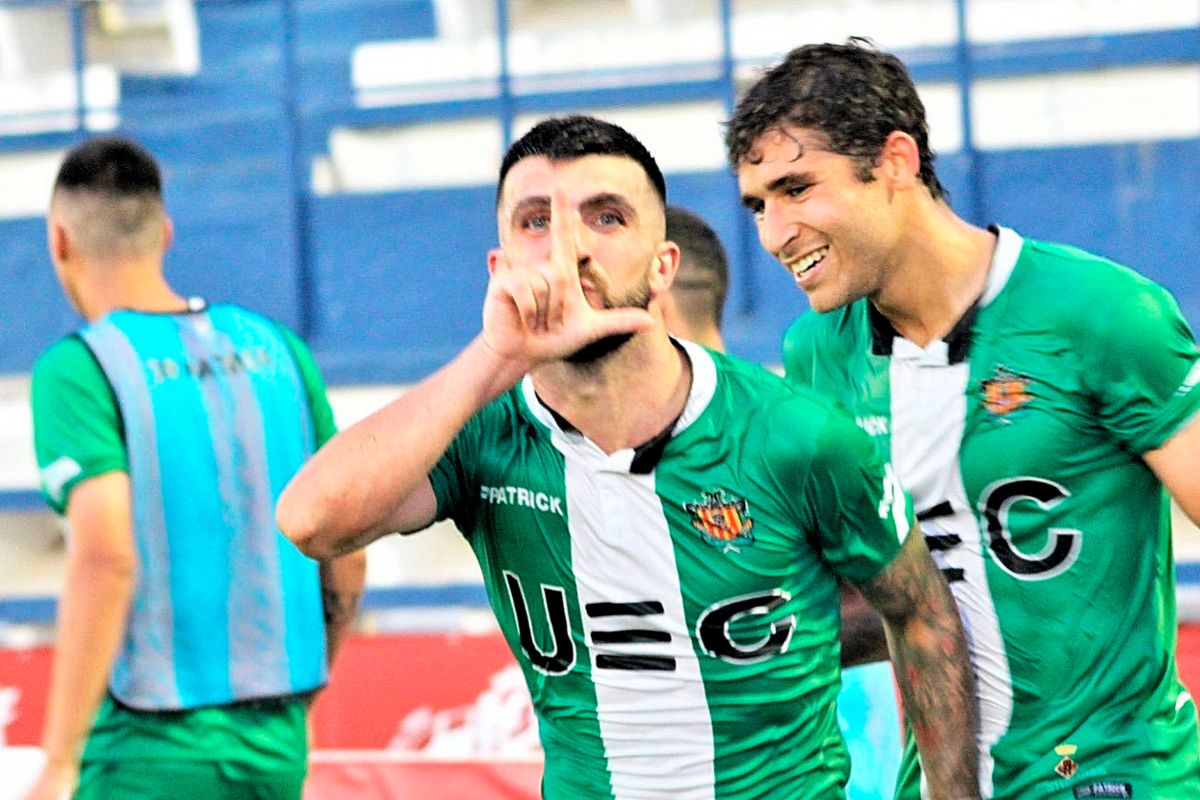 Medina, uno de los mejores jugadores del Cornellá, celebra un gol.