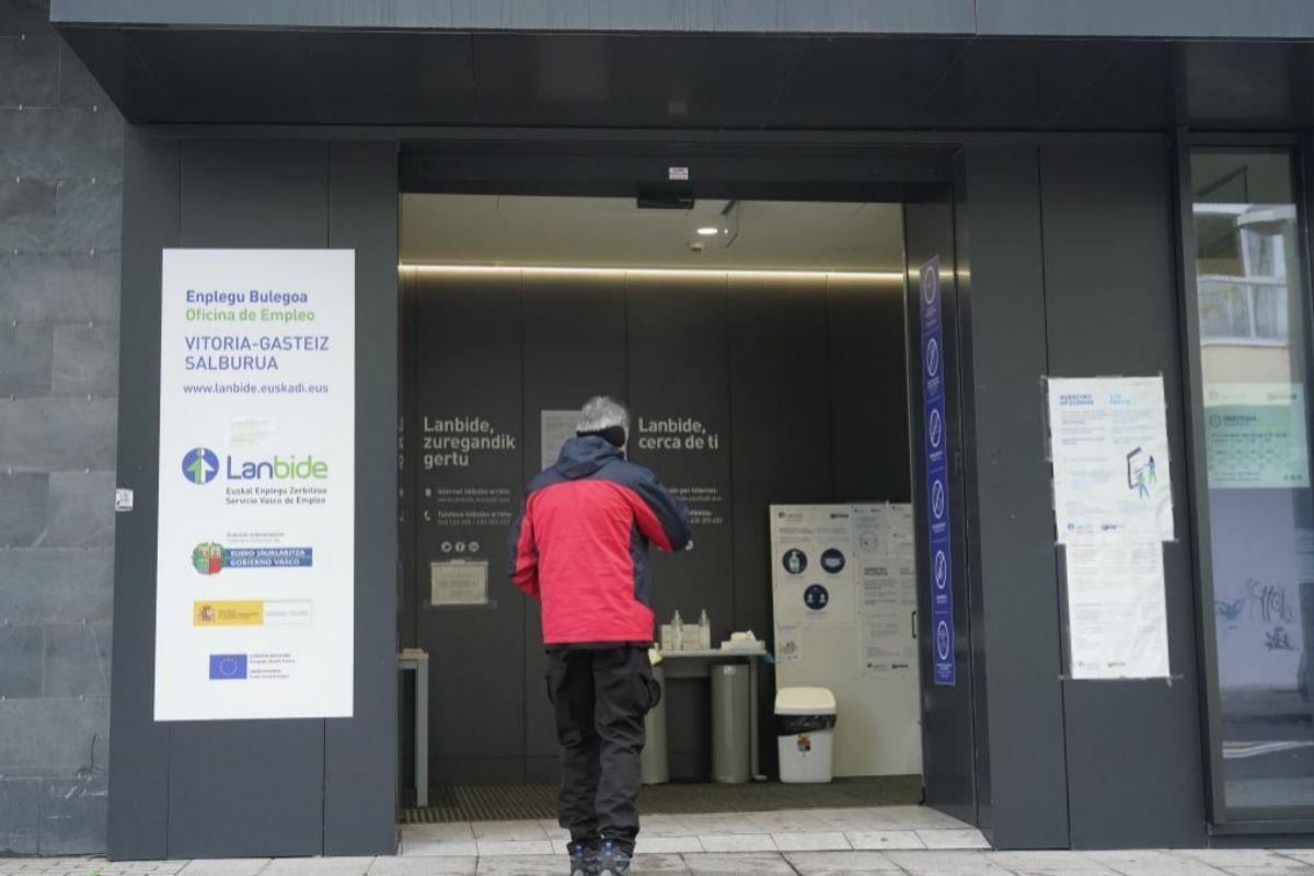 Una persona hace cola para acceder a una oficina de Lanbide en Vitoria.