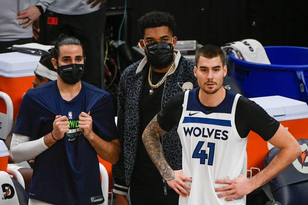 AME7625. MINNEAPOLIS (ESTADOS UNIDOS), 03/01/2021.- lt;HIT gt;Ricky lt;/HIT gt; lt;HIT gt;Rubio lt;/HIT gt; (i), Karl-Anthony Towns (c), y Juancho Hernangomez (d) de los Minnesota Timberwolves reaccionan hoy, durante un partido de baloncesto de la NBA, entre los Denver Nuggets y los Minnesota Timberwolves, en el Target Center de Minneapolis, Minnesota (EEUU).