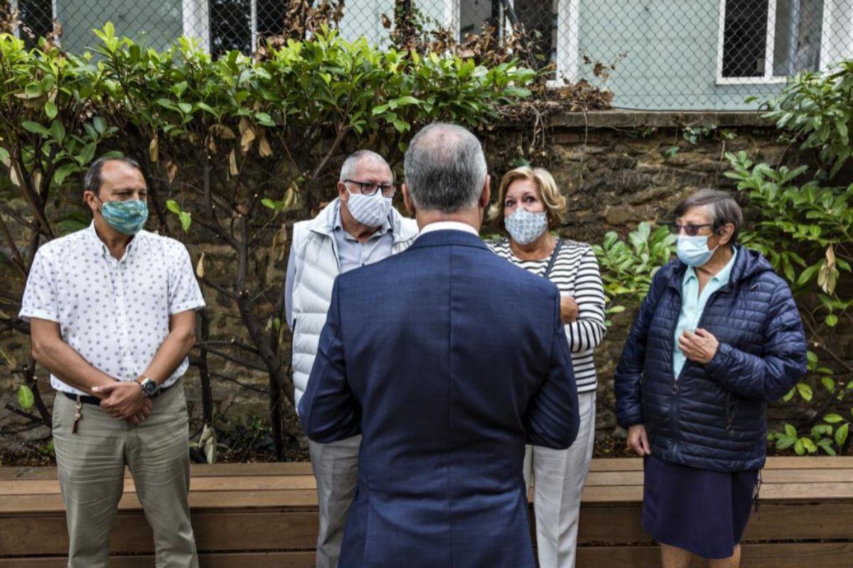 El lehendakari Iñigo Urkullu conversa con familiares de víctimas del Covid-19 durante el homenaje que presidió en Vitoria.