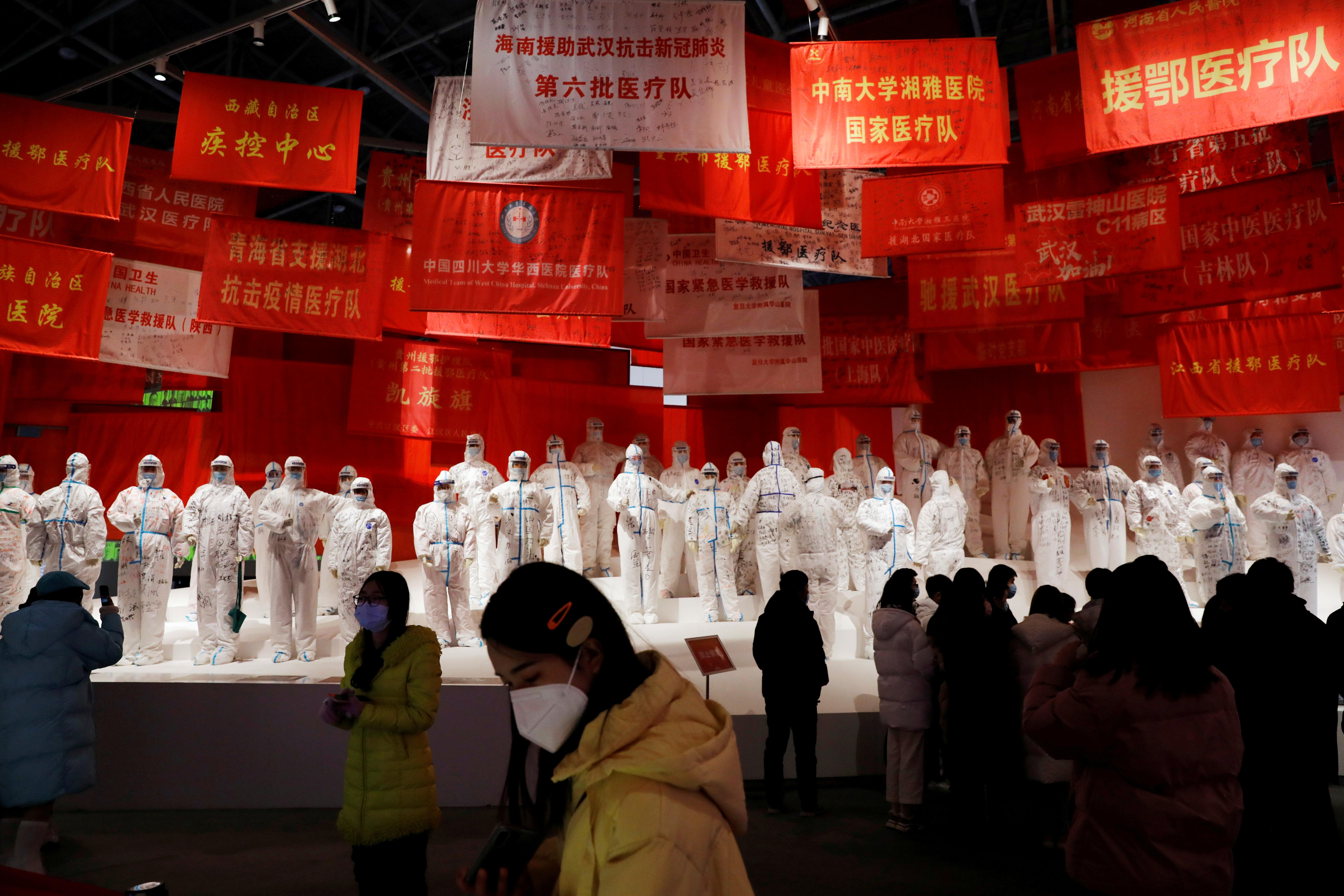 چندین نفر از نمایشگاه بازدید می کنند