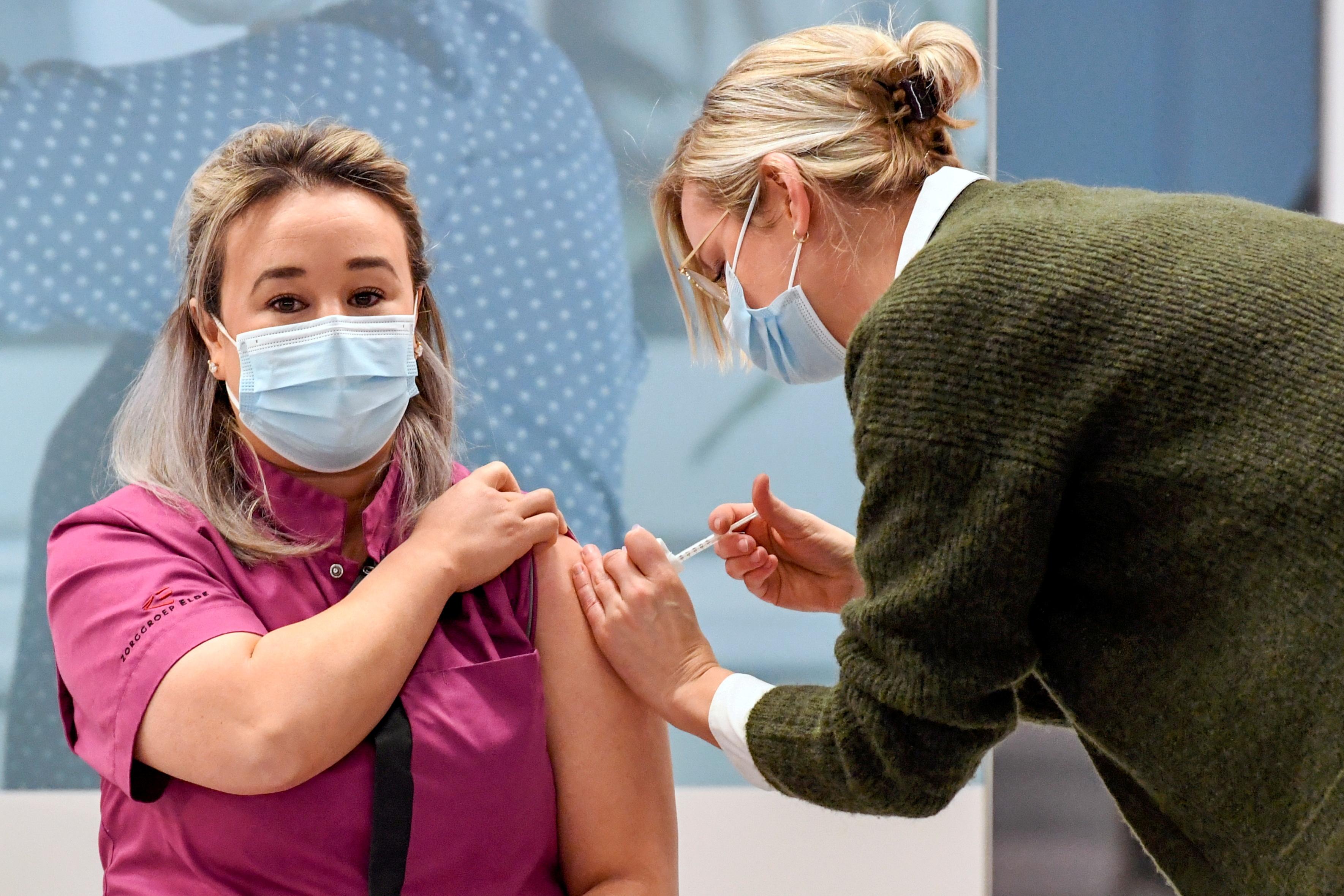 La sanitaria Sanna Elkadiri recibe la vacuna.