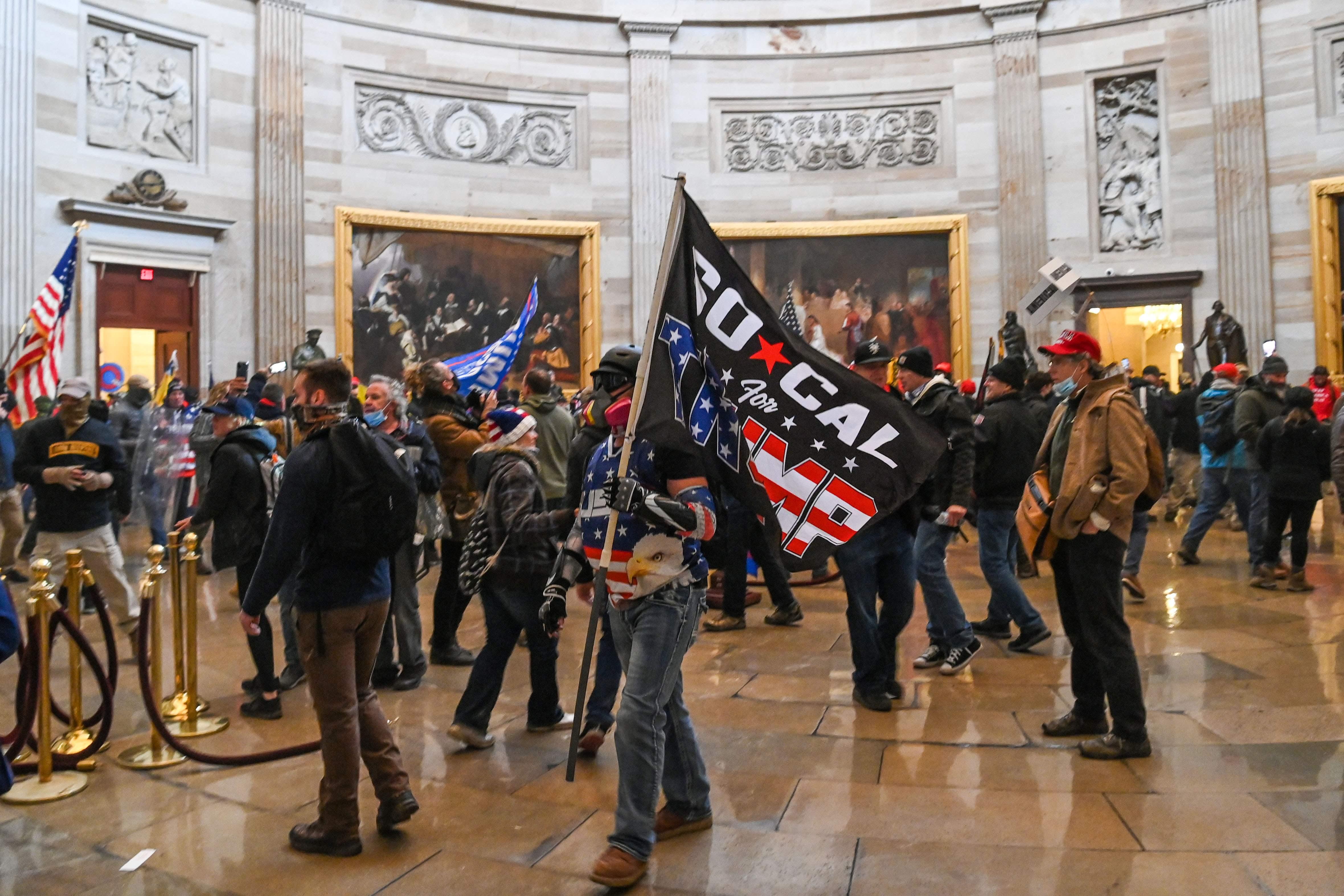 Seguidores de Trump en el interior del Capitolio.