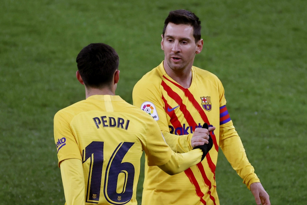 Pedri y Messi se felicitan en San Mamés.