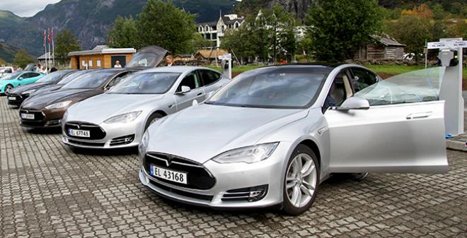 Aparcamiento con varios automóviles Tesla recargando