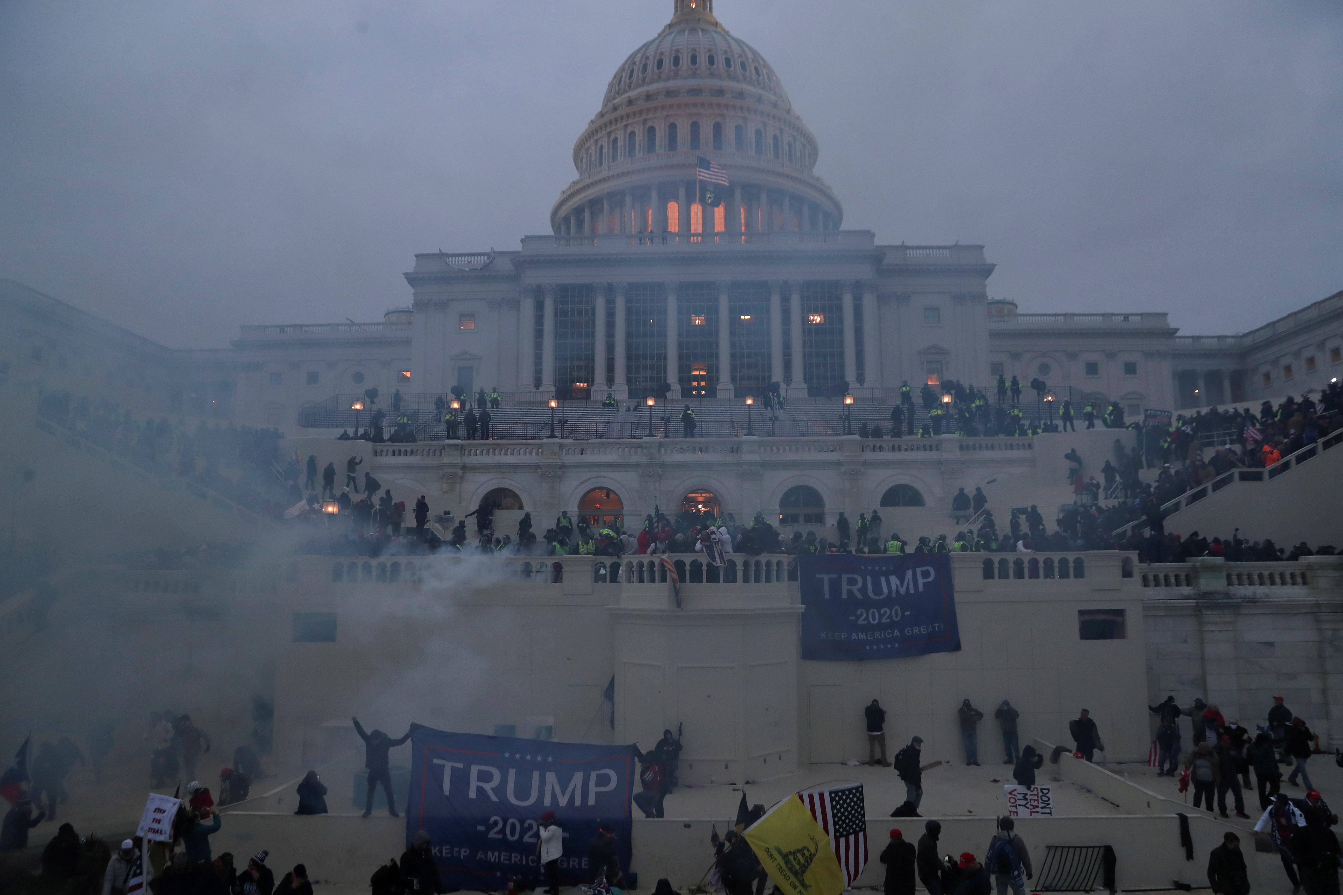 کنگره آمریکا که توسط طرفداران ترامپ مصادره و توسط شهرداری مقدس شده است