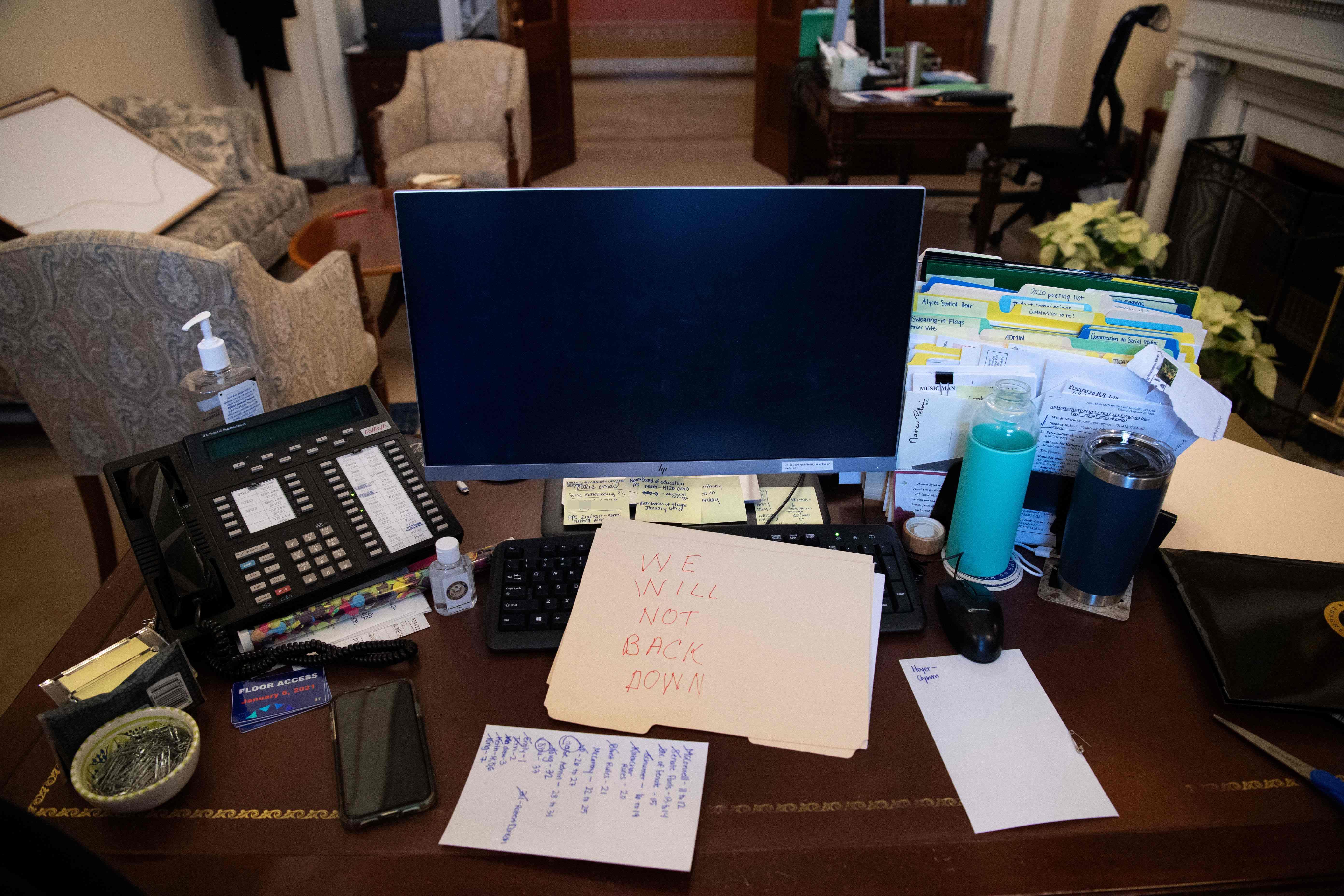 دفتر نانسی پلوسی در Capitol Hill با پیام مهاجمان.