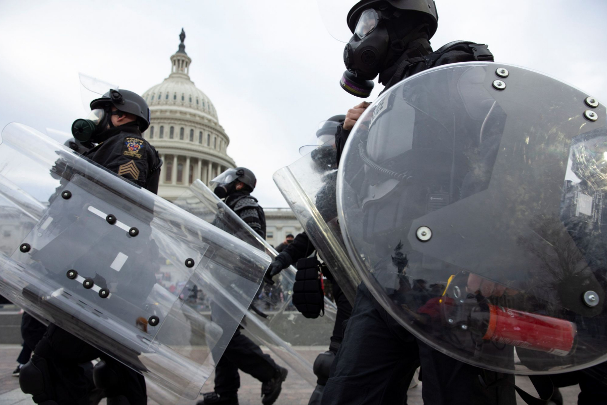 La policía responde ante los manifestantes que irrumpieron en el Capitolio.