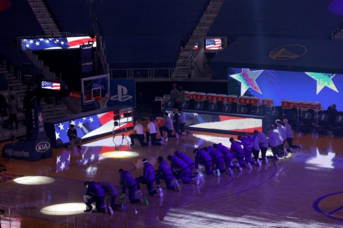 Los jugadores de los Warriors, arrodillados antes del partido ante los Clippers.