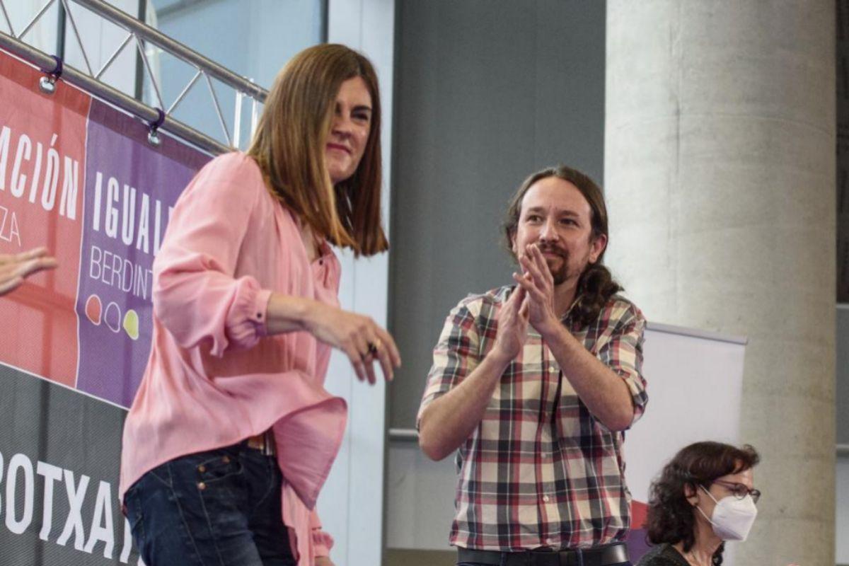Pablo Iglesias aplaude a Miren Gorrotxategi durante uno de los actos electorales de la última campaña electoral vasca.