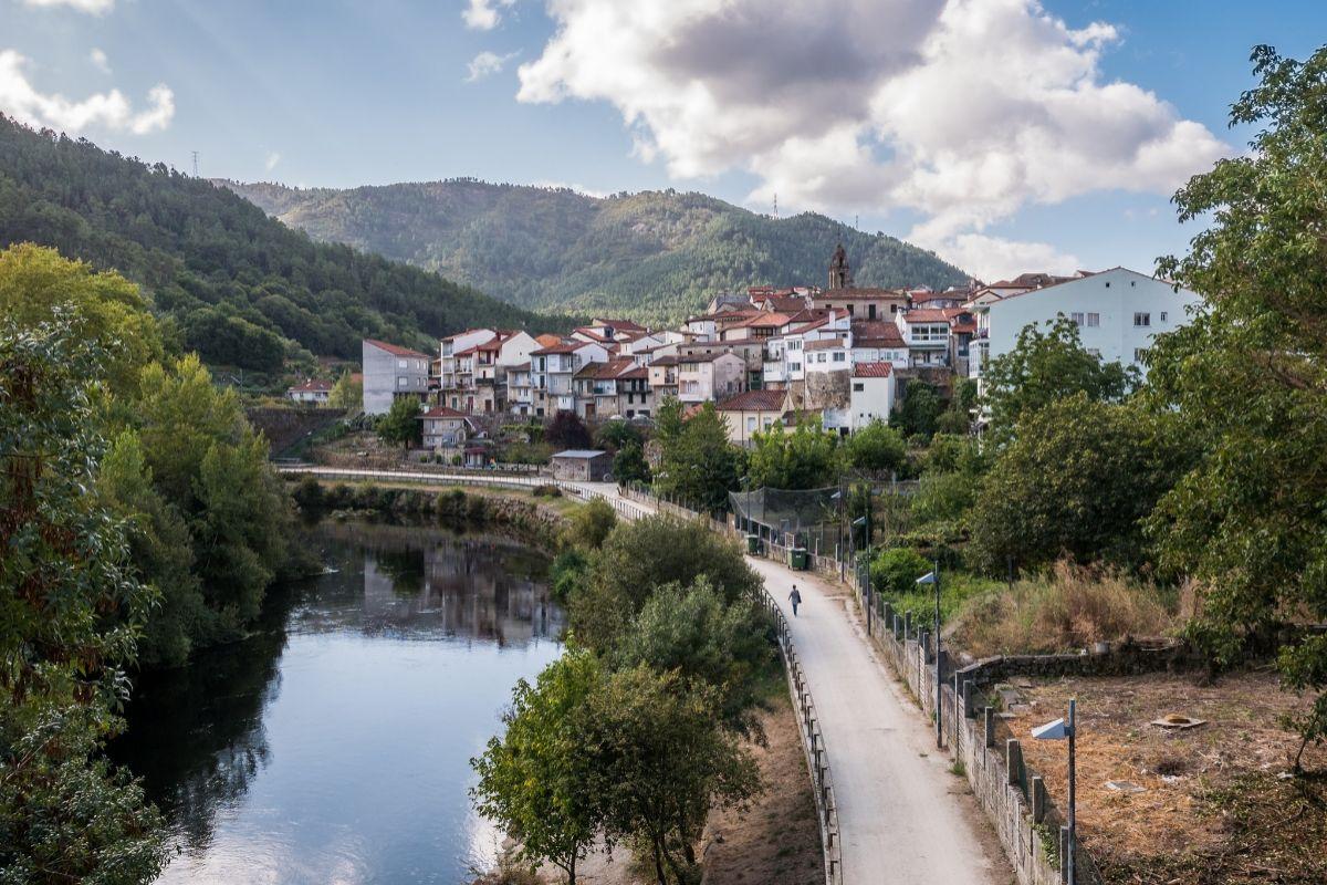 El río Avia a su paso por la localidad de Ribadavia (Orense).