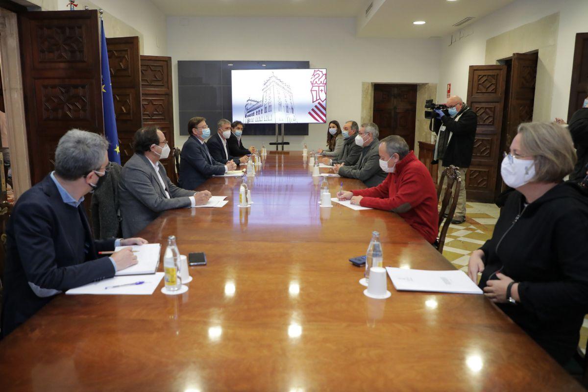 Un momento de la reunión con la patronal y los sindicatos.