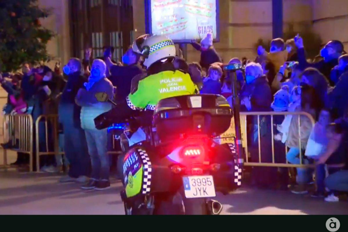 Concentración de público durante la recepción de los Reyes en Valencia.