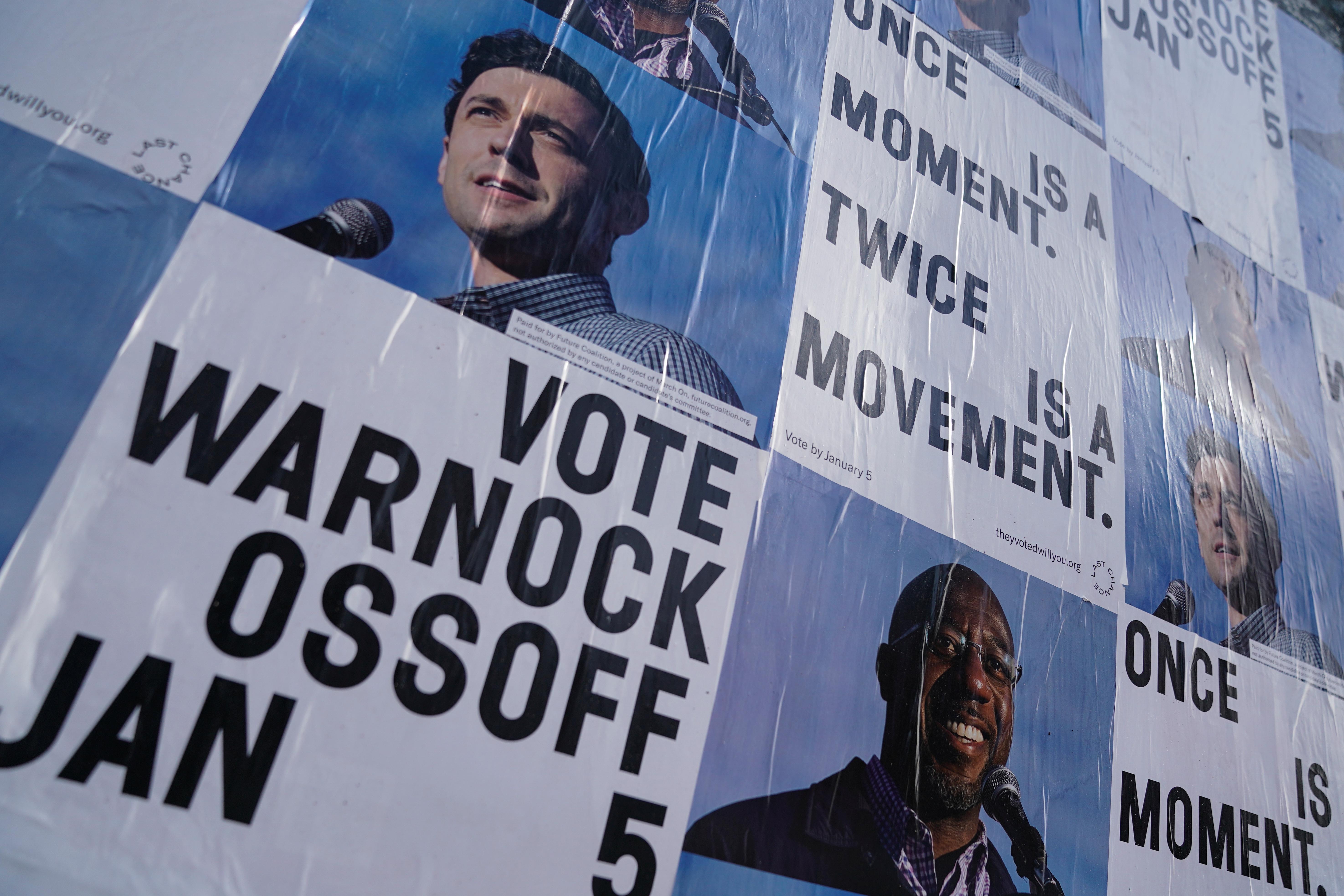 پوسترهای انتخاباتی که خواستار رأی دادن به جان اوسوف و رافائل وارنوک در انتخابات سنای جورجیا هستند.