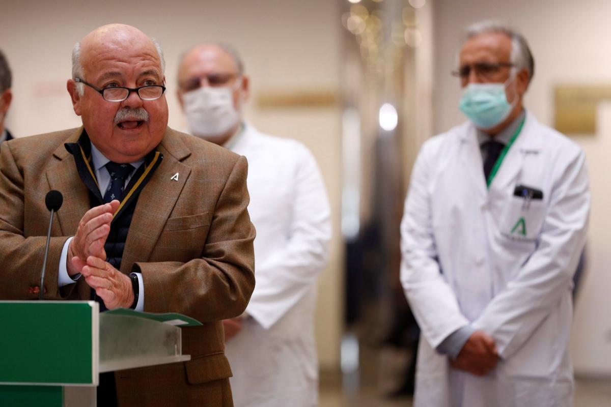 El consejero de Salud, Jesús Aguirre, durante su visita al Hospital Virgen de la Victoria de Málaga.