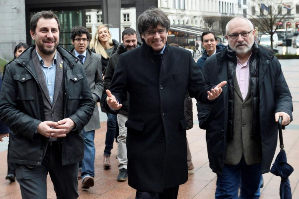 Lluís Puig (dcha.), junto a Carles Puigdemont y Toni Comín, en Bruselas.