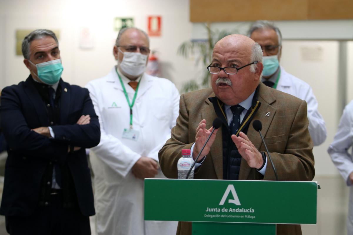 Los consejeros de Salud, Jesús Aguirre, y Presidencia, Elías Bendodo, durante su visita al Hospital Universitario de Málaga.