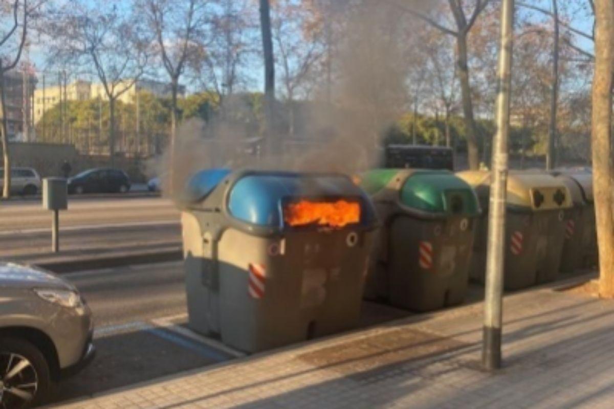Detienen a un pirómano por quemar una docena de contenedores el día de Reyes
