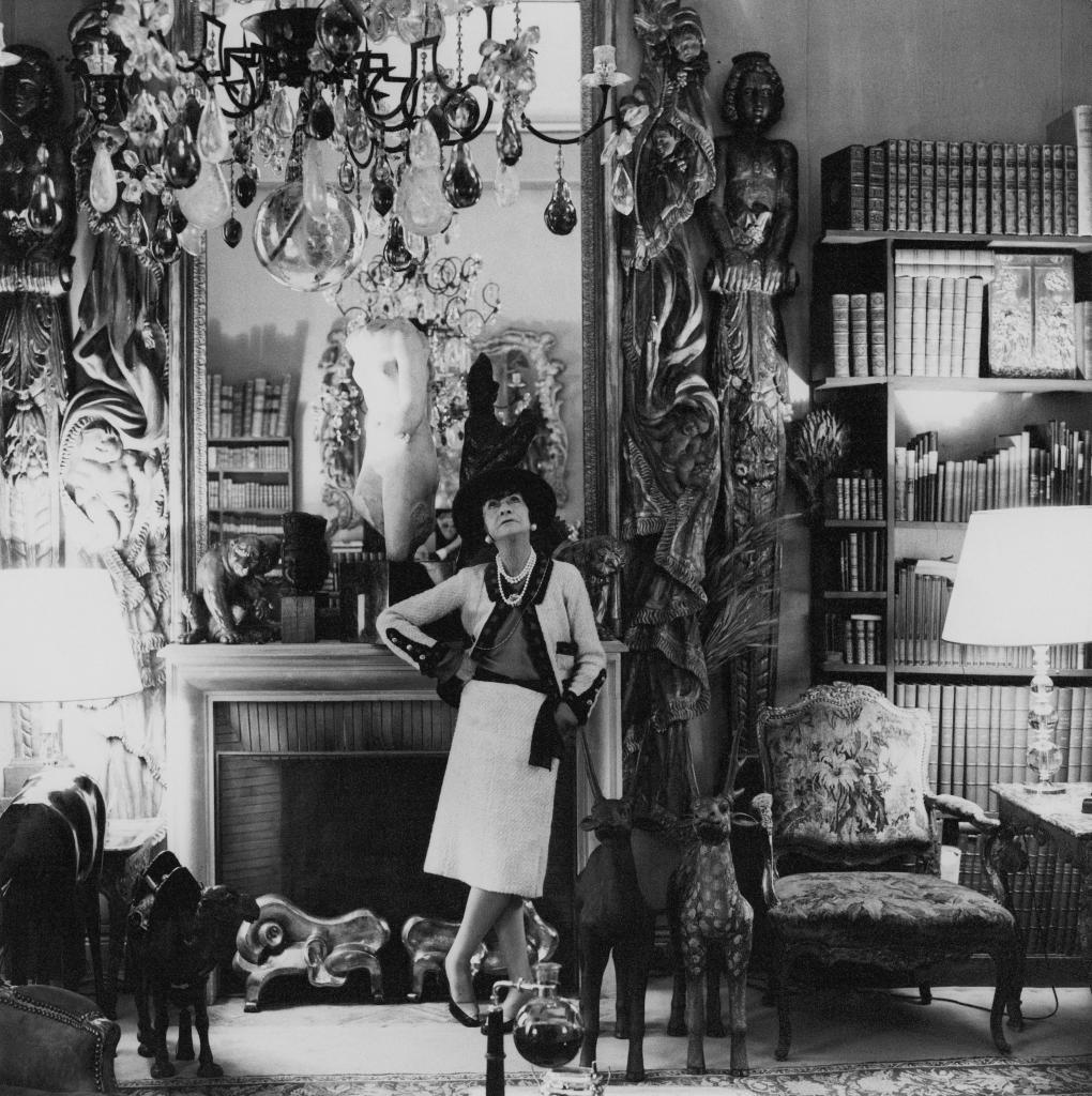 Coco Chanel, en su apartamento de París.