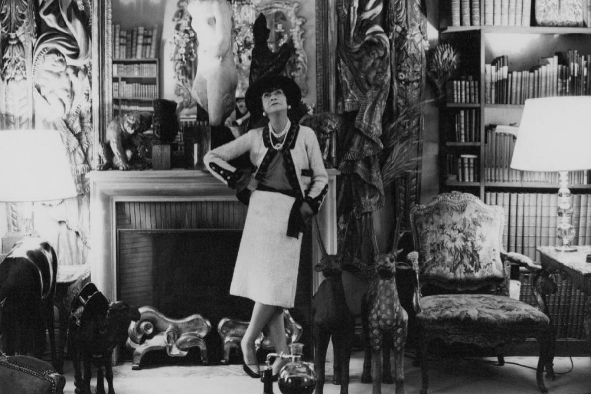 Chanel, en su casa de París, en una imagen de mediados de los 50.