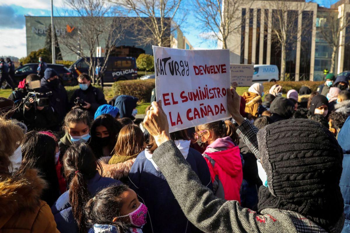 MADRID.- Una mujer sostiene una pancarta durante la prtesta de familias afectadas por el corte de luz en la Cañada Real frente a la sede de lt;HIT gt;Naturgy lt;/HIT gt;,este lunes en Madrid.