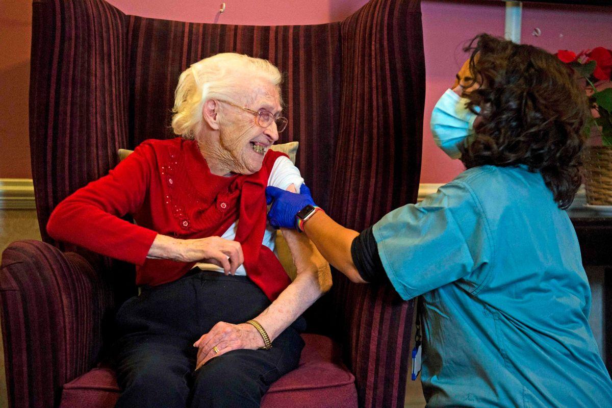One hundred year-old Ellen Prosser, known as lt;Ellen Prosser, de cien años, conocida como Nell, recibe la vacuna COVID-19 de Oxford / AstraZeneca.