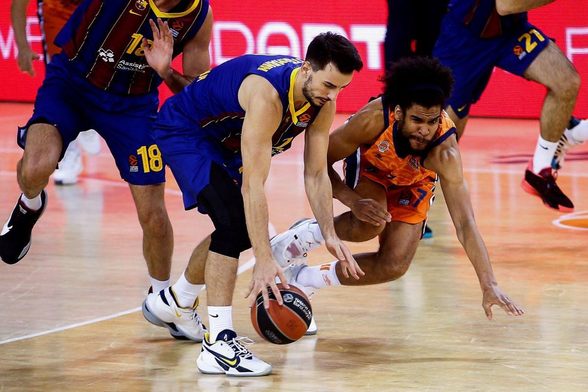 GRAF6770. BARCELONA.- El base francés del lt;HIT gt;Barça lt;/HIT gt; Leo Westermann (c), lucha por la posesión con el pívot francés del Valencia Basket Louis Labeyrie(d) durante el partido de la fase regular de la Euroliga disputado en el Palau Balugrana.