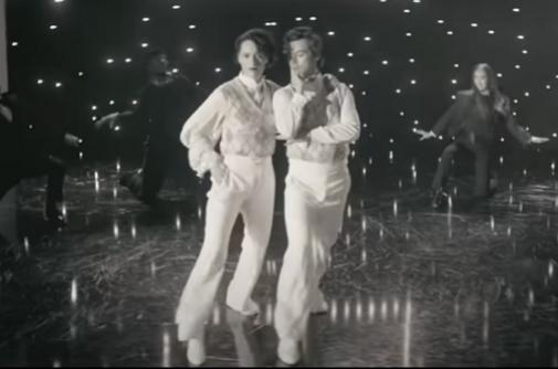 Phoebe Waller-Bridge y Harry Styles vestidos de Gucci en el nuevo vídeo del cantante.