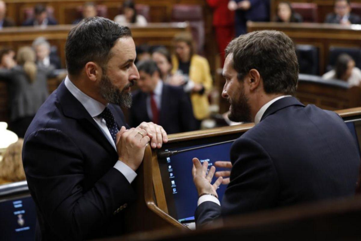 Santiago Abascal y Pablo Casado conversan en la sesión constitutiva del Congreso, en diciembre de 2019.