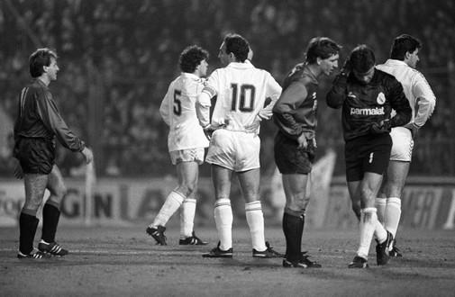 Sanchís, Gallego, Ripodas, Buyo y Míchel tras el petardazo lanzado en El Sadar en 1989 que impactó en el portero del Madrid.