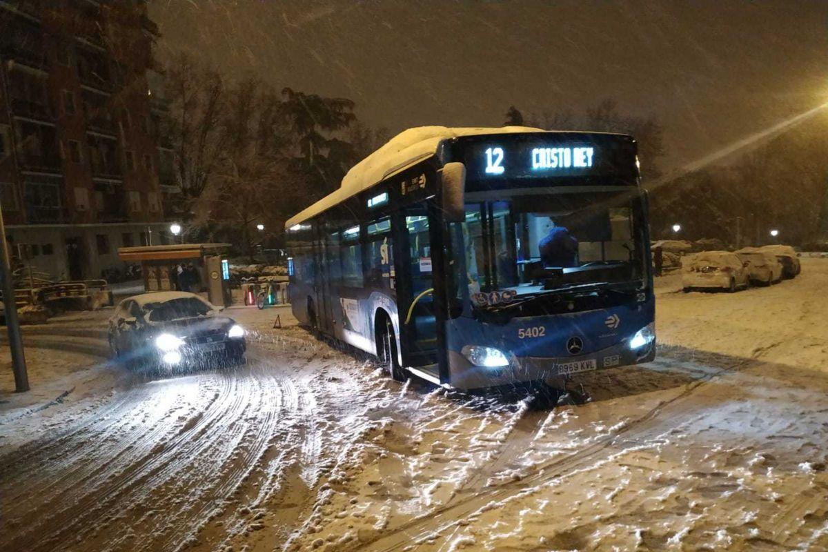 Autobús de la EMT afectado por el temporal.