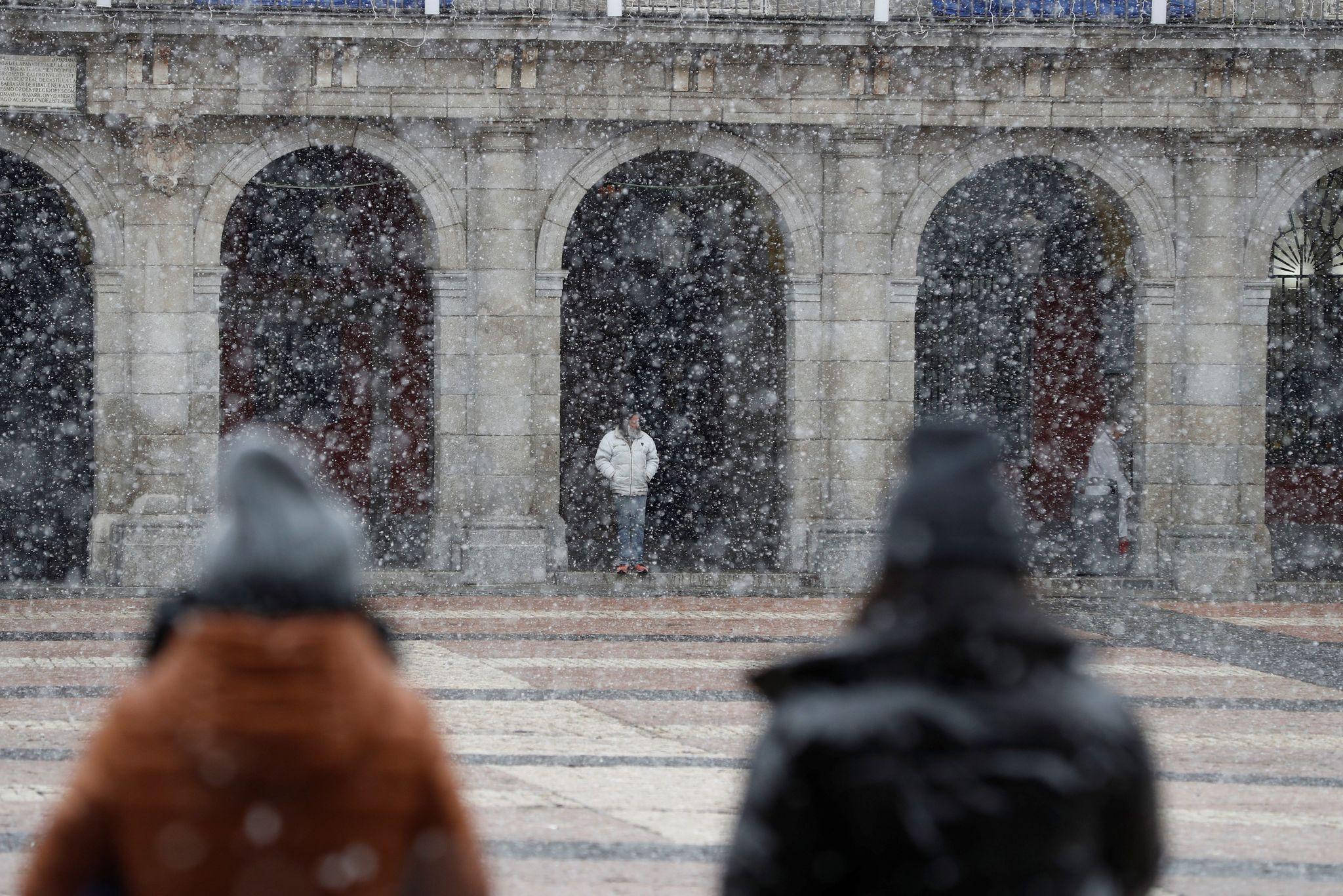lt;HIT gt;MADRID lt;/HIT gt;.- Varias personas transitan este viernes la madrileña Plaza Mayor bajo una intensa nevada. El Ayuntamiento de lt;HIT gt;Madrid lt;/HIT gt; activa esta tarde, a partir de las 18:00 horas, la alerta roja del Protocolo de actuación por meteorología adversa ante la previsión de nevadas en la ciudad, por lo que el Retiro y otros ocho parques permanecerán cerrados hasta el sábado.