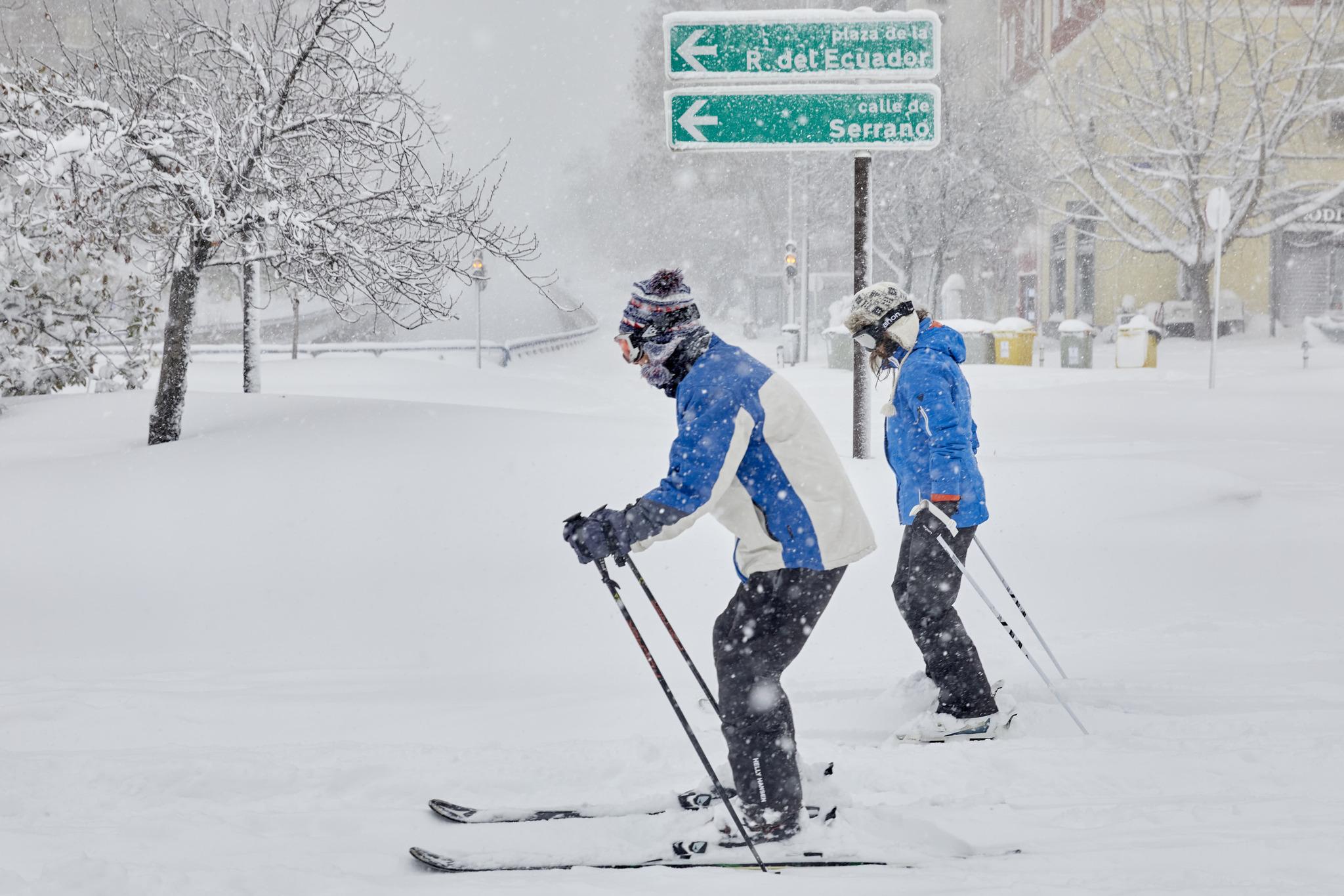 Dos personas 'esquían' en el centro de Madrid, donde la nieve ha alcanzado los 60 cm. de espesor.