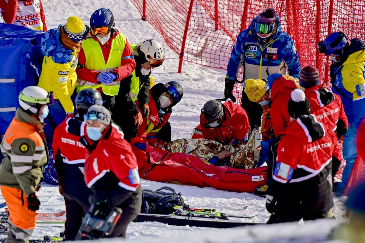 Adelboden (Switzerland).- USA's lt;HIT gt;Tommy lt;/HIT gt; lt;HIT gt;Ford lt;/HIT gt; receives medical attention after falling during the first run of the men's giant slalom race at the FIS Alpine Skiing World Cup in Adelboden, Switzerland, 09 January 2021. (Suiza, Estados Unidos) EPA/