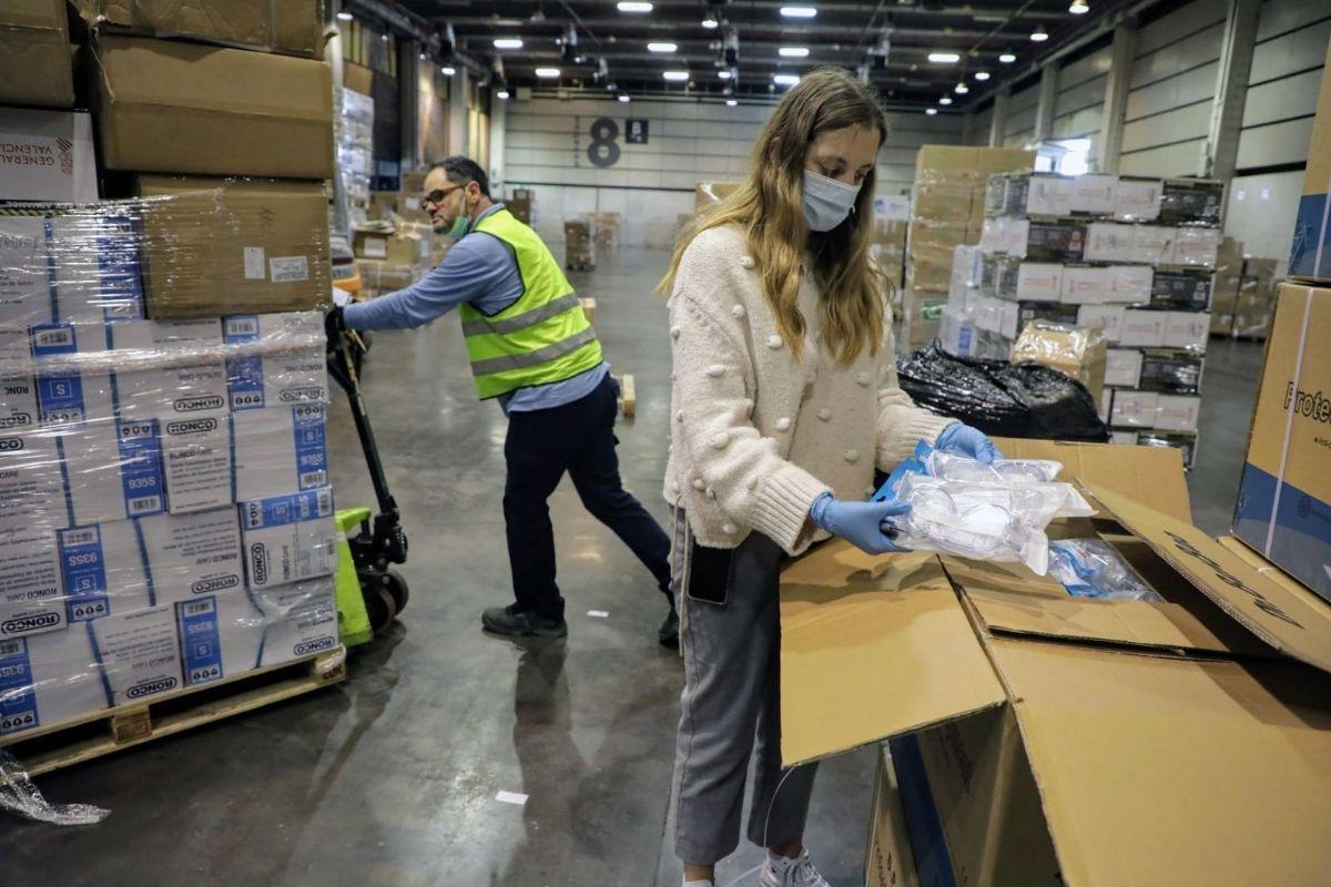 Dos operarios revisan el material recibido en Feria Valencia.