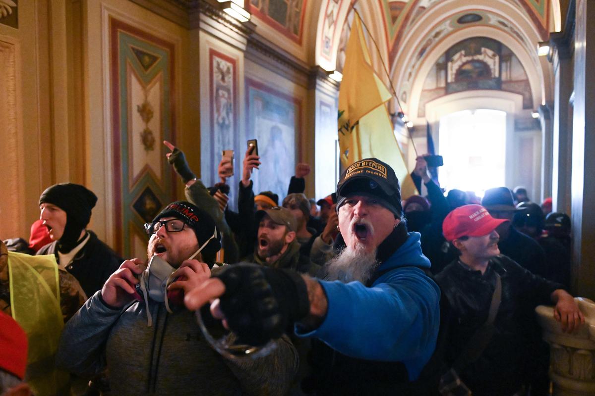 'Trumpistas' corren por los pasillos del Capitolio, el miércoles.