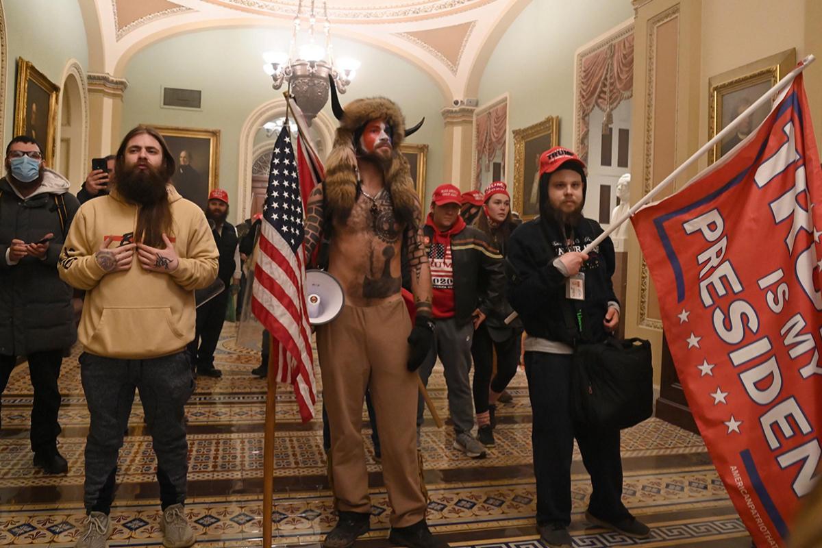 El 'falso Antifa', Jake Angeli ('el Lobo') y Nicholas Rodean, en el Capitolio. AFP